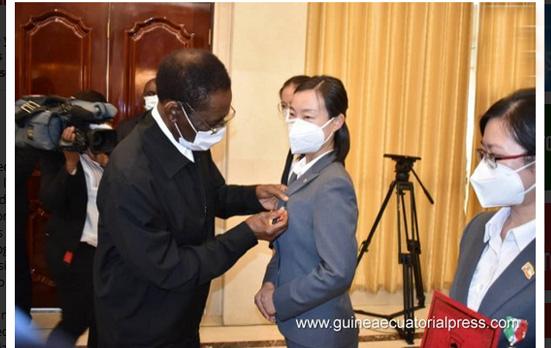 El Jefe de Estado condecora a los especialistas de la Brigada Médica China